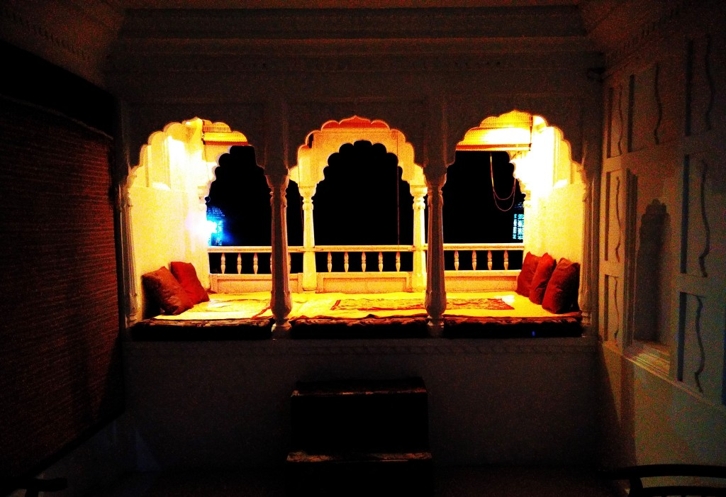 private sit-out, maharaja suite, sheesh mahal, orchha, madhya pradesh, india