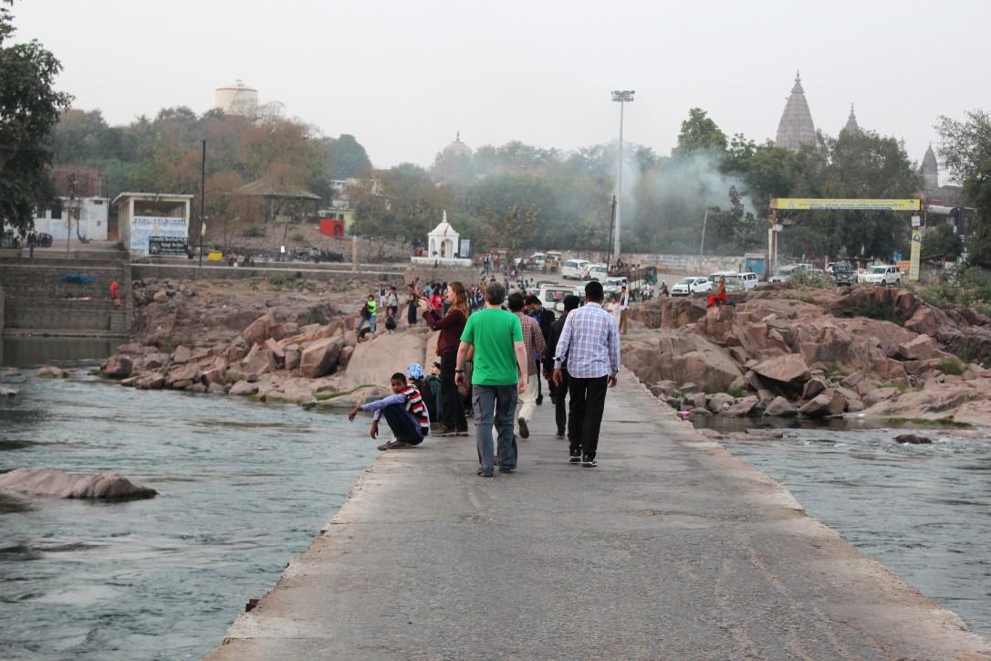 tourist, local, congregate, bridge, evening, sight, betwa, orchha, madhya pradesh